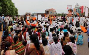 asram bapu nka giraf ku pratibad kari bhubaneswar palasuni chhaka thare satadhika bhakhta nka dirgha 1 ghanta dhari jatiya rajapatha abarodha (23)