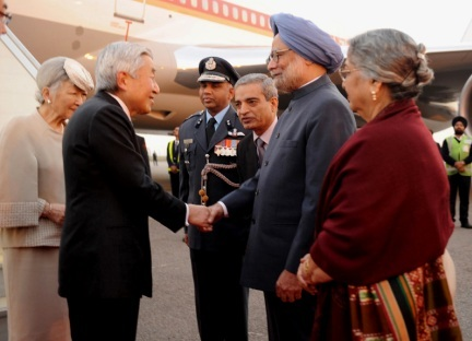 The Emperor of Japan, His Majesty Akihito and the Empress of Japan, Her Majesty Michiko being received by the Prime Minister, Dr. Manmohan Singh and his wife Smt. Gursharan Kaur, on their arrival, at Air Force Station, Palam, in New Delhi on November 30, 2013.