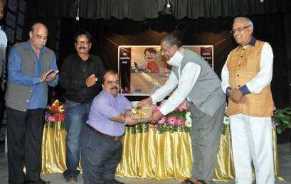 Eminet cartoonist KK Rath being honoured by Justice Mishra
