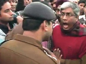 Ashotosh of AAP shouting at cops( pic: ndtv.com)