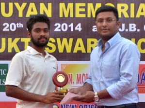 Singhsamant receiving MoM award from Ripul Patnaik