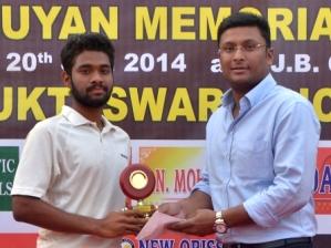 Singhsamant receiving MoM award from Ripul Patnaik