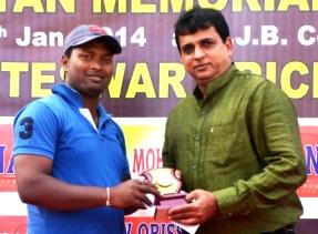 Prashant Sahu receiving MoM award from Sanjiv Hans