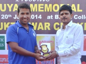 Rashmi R Parida receiving Man of Match award from Sabyasachi Patnaik