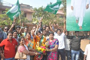 A beaming Anita Mohanty, the winner from Ward No 61, flashing the 'V' sign