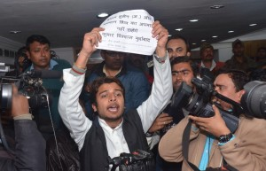 A young man disrupts Vishwas' press conference (IANS)