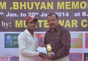 Pradipta Das receiving  Man of the Match award from Sandeep Mohapatra