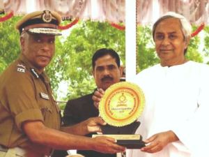 DGP presenting memento to CM at passing out parade