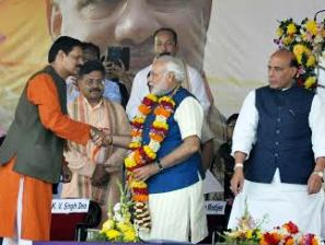 KV Singhdeo greeting Narendra Modi during the Feb 11 rally in Bhubaneswar