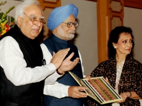 The Prime Minister, Dr. Manmohan Singh releasing the commemorative postage stamp in honour of Shri Jagjit Singh, in New Delhi on February 08, 2014.	The Union Minister for Communications & Information Technology and Law & Justice, Shri Kapil Sibal and Smt. Chitra Singh, wife of Shri Jagjit Singh are also seen.