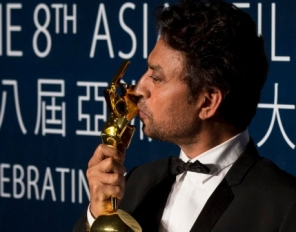 Irrfan Khan with his trophy ( IANS PIc)