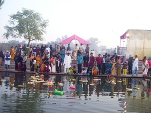 Odias celebrating Kartik Purnima ( courtesy: oriyalucnkowsamaj.com)