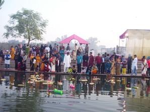 Odias celebrating Kartik Purnima ( courtesy: oriyalucnkowsamaj.com)