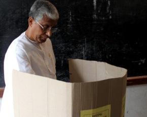 Tripura CM manik Sarkar casting his vote ( IANS pic)