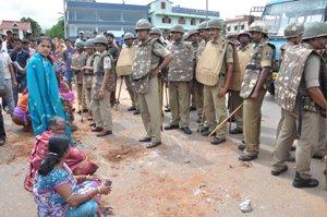 Baramunda Durga Mandap padiya ra eka Cement room ku Bhangiga Birodh kari Road block (9)