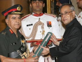 President Pranab Mukherjee presenting Ati Vishisht Seva Medal to Lt. General Sunit Kumar (PIB )