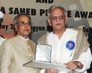 Gulzar receiving Phalke Award from President Pranab Mukjerjee (PIB)