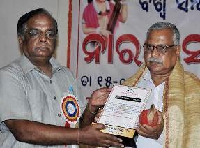 Jagabandhu Mishra receiving Narad Saman from GK Nanda