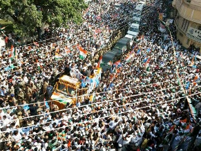 Rahul's Road Show in Varanasi (IANS pic)