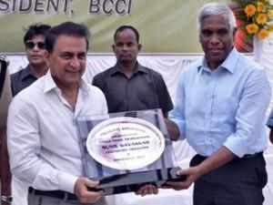 Gavaskar being felicitated  by DGP Prakash Mishra  ( Pic-Sai Saswat Mishra)
