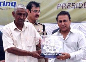 Cricket Guru Kishore Mania presenting a memento to Gavaskar  (pic : Sai Saswat Mishra)