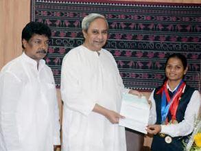 CM Naveen Patnaik felicitating Dutee Chand ( pic : Biswaranjan Mishra)