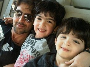Hrithik with sons ( source:zeenews.india.com)