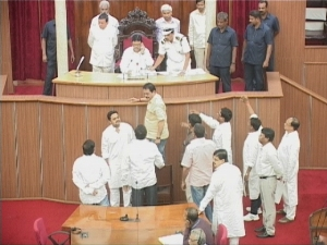 Congress members protesting in the Assembly over the IDCO issue (Pix: Biswaranjan Mishra)