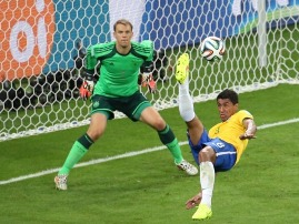 (140708) — BELO HORIZONTE, July 8, 2014 (Xinhua) — Brazil's Paulinho (R) makes an overhead kick during a semifinal match between Brazil and Germany of 2014 FIFA World Cup at the Estadio Mineirao Stadium in Belo Horizonte, Brazil, on July 8, 2014. Germany won 7-1 over Brazil and qualified for the final on Tuesday. (Xinhua/Li Ming)(pcy)
