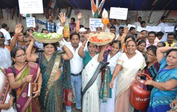 Congress workers protesting against price rise in front of Raj Bhavan in Bhubaneswar  (Pix: Biswaranjan Mishra)