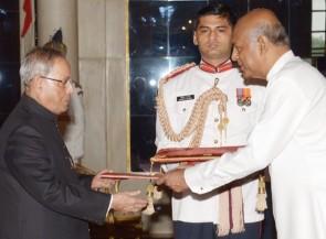 Sri Lanka High Commissioner Prof Sudharsan Seneviratne with President Pranab Mukherjee (PIB)
