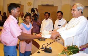 CM presenting dictionaries to Bonda students (pic-Biswaranjan Mishra)