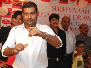 Sumeet Khimji, Director, Khimji Jewellers displaying the lucky coupon