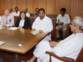 CM Naveen Patnaik discussing with Dr. Barbara Wells, DG of CIP, Peru