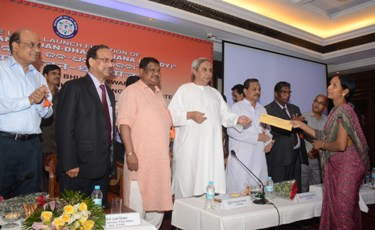 """Chief Minister   Naveen Patnaik handing over the welcome kit to beneficiaries after launching the """"Pradhan Mantri Jan Dhan Yojana"""" in Odisha at Hotel Mayfair on Thursday (Photo: Biswaranjan Mishra)"""