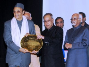 Dr Karan Singh being honoured by President Mukherjee (PIB)