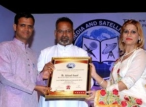 Akhand(L) receiving the award