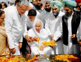 File pic of Parkash Kaur (centre) paying tributes her brother Bhagat Singh