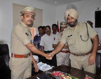 Outgoing DCP Nitinjeet Singh welcoming the new incumbent Satyabrata Bhoi (Photo: Biswaranjan Mishra)