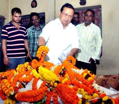 Senior Congress leader Niranjan Patnaik paying floral tributes to Laxman Mallick, who passed away today