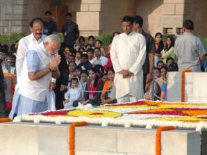 PM Modi at Mahatma Gandhi's Samadhi (PIB)