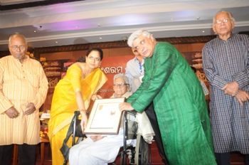 Veteran writer Prafulla Das being conferred with the Sarala Award by eminent lyricist Javed Akhtar in Bhubaneswar on Sunday evening (Pic: Biswaranjan Mishra)