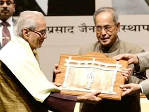 The President of India, Shri Pranab Mukherjee presenting the 49th Jnanpith Award to Shri Kedarnath Singh, at a function, in New Delhi on November 10, 2014.
