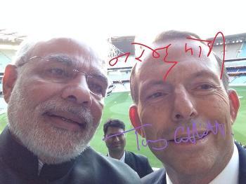 modi abott selfie