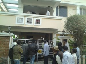 Onlookers, many of them investors, crowded outside the residence of Managing Director of Microfinance Limited Durga Prasad Mishra in Bhubaneswar which was raided by CBI on Monday afternoon (Pic: Biswaranjan Mishra)