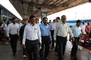 Chief Secy,odisha sri gokul chandra pati visited puri rly station & review the development work of puri rly for nabakalebar-15 (10)