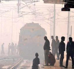 Dense fog in Delhi railway station