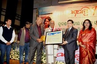 Satakadi Hota, president, Odisha Sahitya Academy and editor of Odia daily the Samaya being conferred with Kadambini Saraswata Samman, 2014.