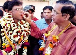 Sangram Mohanty being fed a sweet by OJM President Pyari Mohan Mohapatra after his release from jail in January this year. (File Pic)