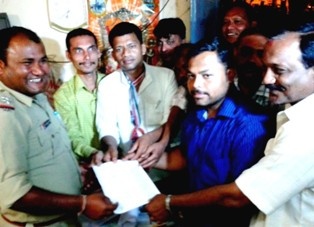 Pradeep Majhi and other Congress leaders handing over the FIR against collector Sashi Bhushan Padhi and PA, ITDA Gorachand Gamang to the police officer